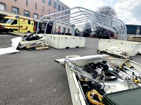 L'ospedale da campo in allestimento accanto all'ospedale CHL a Lussemburgo (Foto dal sito NSPA)