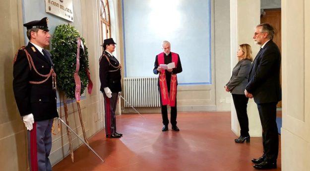 Il cappellano della Polizia Luigi Innocenti al Sacrario dei Caduti. A destra il prefetto di Firenze Laura Lega e il questore Armando Nanei