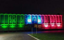 La suggestiva illuminazione tricolore al Centro Tecnico di Coverciano