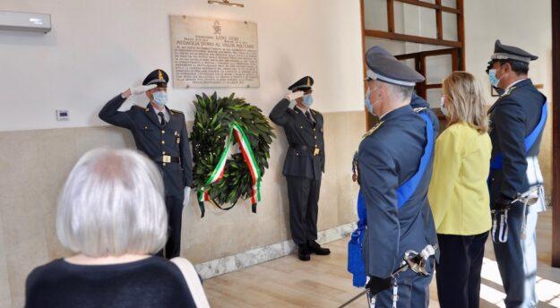 L'omaggio alla lapide in memoria del Finanziere Lido Gori. in primo piano di spalle la figlia Giuliana