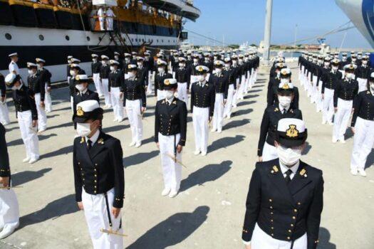 Partenza con mascherina per i cadetti dell'Accademia Navale
