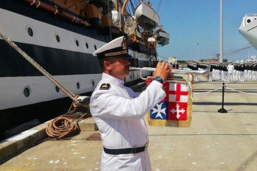 Il trombettiere della Fanfara dell'Accademia Navale alla partenza del Vespucci