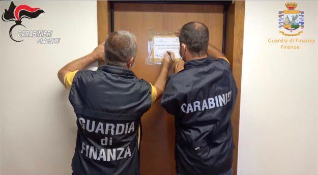 Finanzieri e Carabinieri sigillano uno degli immobili confiscati