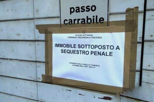 Il cartello del sequestro penale esposto fuori della caserma dei Carabinieri Levante a Piacenza