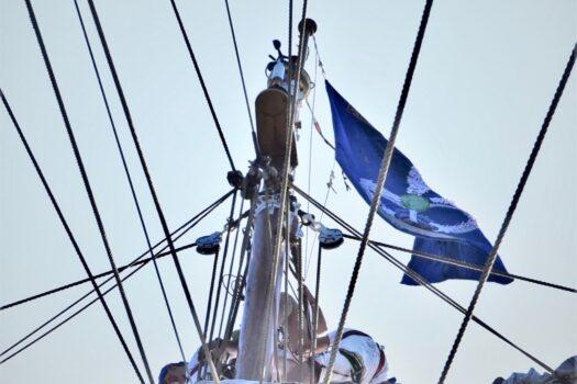 La bandiera del Corso Esperia sull'albero di maestra di Nave Vespucci