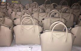 Alcune delle borse con marchi contraffatti sequestrati dalla Finanza a Firenze