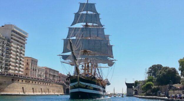 Nave Vespucci 2020 attraversa a vele spiegate il canale del porto di Taranto