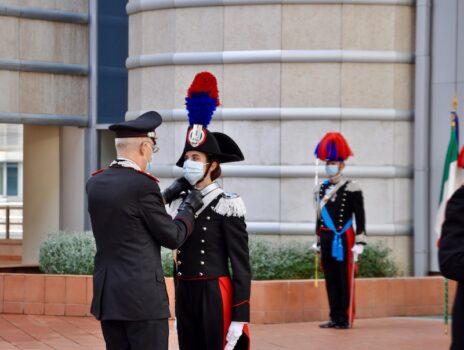 Il comandante generale Nistri consegna gli alamari all'allieva Chiara Pistonesi