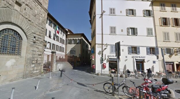 Firenze, piazza dei Giudici. Sulla sinistra la Stazione Carabinieri Firenze Uffizi