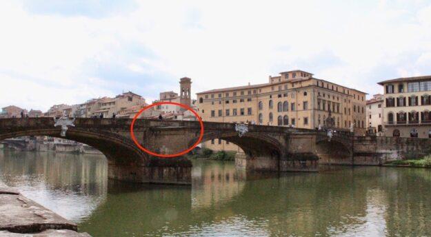 Il rostro del ponte a Santa Trinita a Firenze dove la ragazza è stata salvata dai Carabinieri