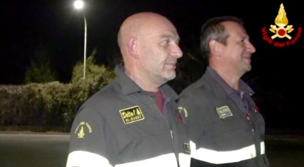 Commozione trattenuta a stento per Riccardo Bernini (a sin.) capo del distaccamento Firenze Ovest dei Vigili del Fuoco