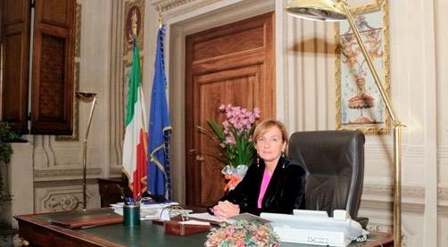 Alessandra Guidi al suo tavolo in prefettura a Firenze