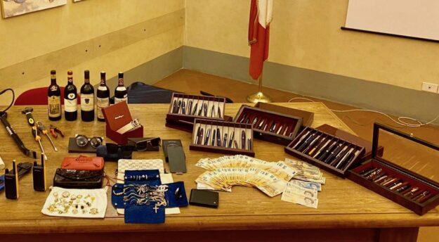 Gli oggetti preziosi recuperati dai Carabinieri dopo numerosi furti in abitazione