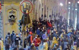 Il danneggiamento di una telecamera durante la guerriglia a Firenze il 30 ottobre 2020