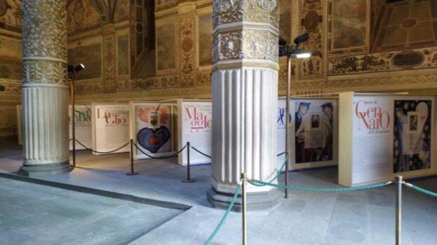 Le tavole del calendario 2021 dei Carabinieri esposte nel cortile di Palazzo Vecchio a Firenze