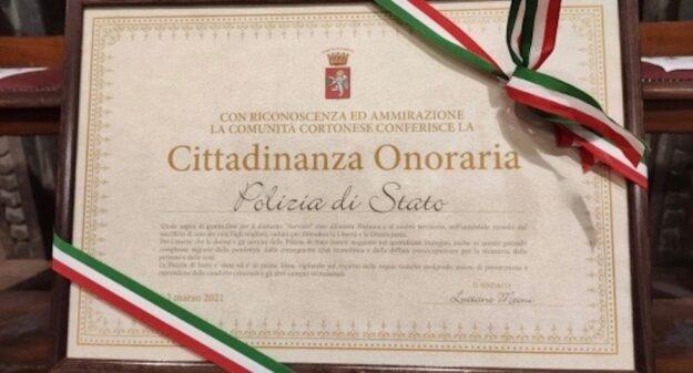 La pergamena della cittadinanza onoraria alla Polizia di Stato