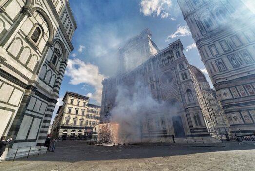 Lo Scoppio del carro 2021  in piazza Duomo deserta