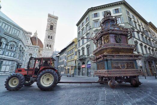 L'arrivo solitario del Carro in piazza Duomo