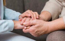 Un'immagine simbolo del legame tra nonna e nipote