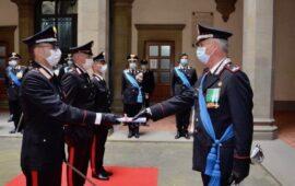 Il generale Iannotti (destra) consegna gli encomi per la Festa dell'Arma 2021