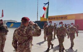 La bandiera della Folgore alla partenza da Afghanistan