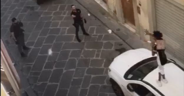 La Polizia è intervenuta in via del Porcellana a Firenze per bloccare un uomo che brandiva una spranga di ferro