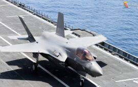 Il nuovo F-35B della Marina Militare appena appontato sulla portaerei Cavour
