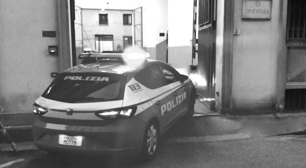 Una volante in arrivo alla questura di Firenze (archivio OsservatoreLibero)