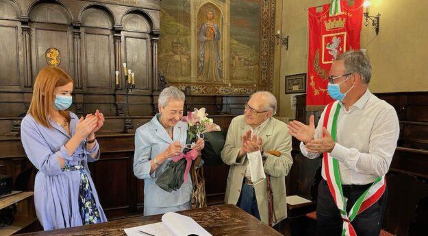 La signora Daria Ubaldi con il marito Antonio Ingrosso festeggiati dal sindaco di Cortona Luciano Meoni