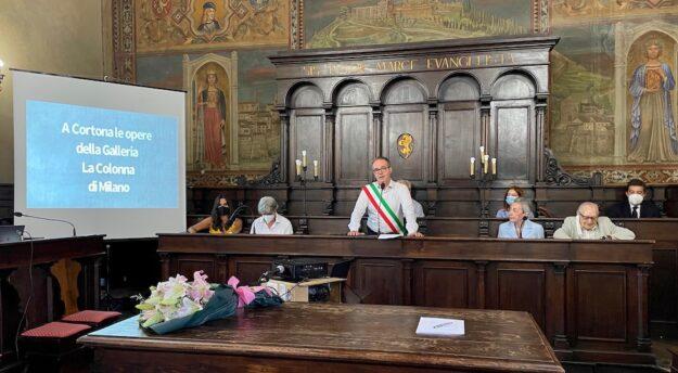 Il saluto del sindaco di Cortona nella sala del Consiglio comunale