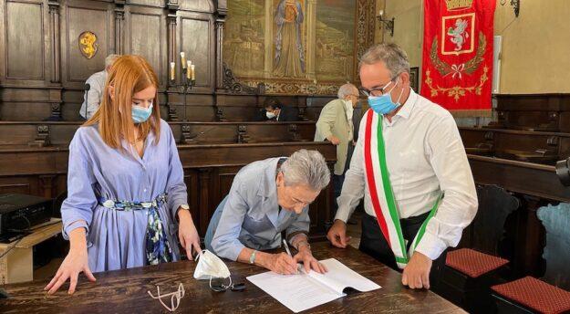 Daria Ubaldi firma la cessione del suo patrimonio artistico al Comune di Cortona